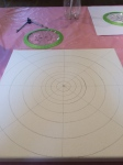 Use tools to draw concentric circles and radians on a stretched canvas.